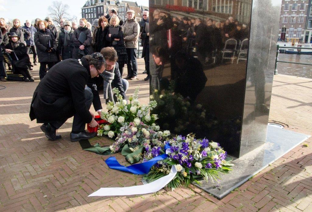 Wethouder Laurens Ivens legt bloemen bij het monument